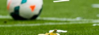 Футболист «Барселоны» не растерялся и съел банан, брошенный в него с трибуны