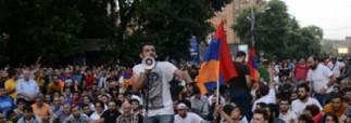 В Ереване депутаты встали между митингующими и полицейскими